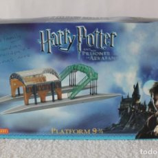 Trenes Escala: HORNBY. HARRY POTTER AND THE PRISONER OF AZKABAN. R8204 PLATFORM 9 3/4 (ESTACION) - SIN DESPRECINTAR. Lote 132227742