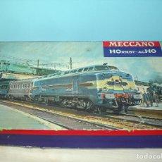 Trenes Escala: HORNBY AC HO, CAJA CON 4 VAGONES Y CONEXIONES VÍAS. Lote 149666878