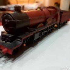 Trenes Escala: LOCOMOTORA HORNBY CON TENDER. EQUIPADA CON DCC.. Lote 271999648