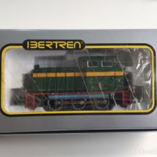 Trenes Escala: LOCOMOTORA DIESEL RENFE 304 VERDE IBERTREN ESCALA H0 REF. 2101 EN CAJA . Lote 166633010