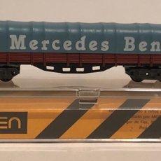 Trenes Escala: IBERTREN VAGÓN BORDE BAJO 4 EJES CON TOLDO 'MERCEDES BENZ' MARRÓN REFERENCIA 398, ESCALA N. NUEVO. Lote 175491385
