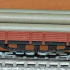 Trenes Escala: VAGÓN BORDE BAJO 4 EJES MARRÓN CON TUBOS DE IBERTREN, REF. 393. ESCALA N. Lote 191646187