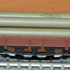 Trenes Escala: VAGÓN BORDE BAJO 4 EJES MARRÓN CON TUBOS DE IBERTREN, REF. 393. ESCALA N. Lote 191647003