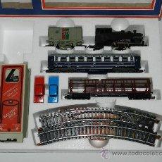 Trenes Escala: ANTIGUO TREN ELECTRICO ESCALA HO, A BATERIAS DE LIMA, CON LOCOMOTORA, 3 VAGONES, 2 COCHES, VIAS, ETC. Lote 37049062
