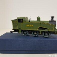 Trenes Escala: LIMA ESCALA H0 LOCOMOTORA A PILAS 8920 VERDE Y NEGRA. Lote 135222283
