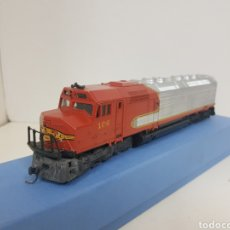 Trenes Escala: LOCOMOTORA ESTADOUNIDENSE 106 SANTA FE ROJA Y PLATEADA LIMA ESCALA H0 CORRIENTE CONTINUA. Lote 136465617