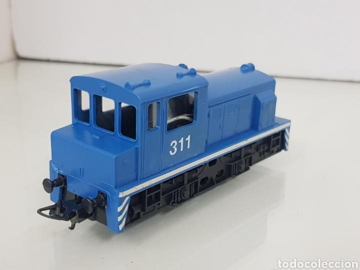 Trenes Escala: Locomotora de maniobras Lima escala H0 311 azul con línea blanca de 11,5cms con luz - Foto 2 - 146382409