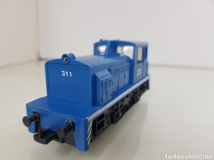 Trenes Escala: Locomotora de maniobras Lima escala H0 311 azul con línea blanca de 11,5cms con luz - Foto 3 - 146382409