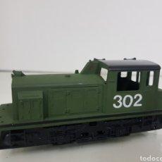 Trenes Escala: LOCOMOTORA DE MANIOBRAS 302 EN VERDE CON FRANJA NEGRA LIMA DE 11,5 CM CON LUZ. Lote 146384540