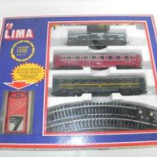 Trenes Escala: ANTIGUO TREN ELECTRICO ESCALA HO, A BATERIAS DE LIMA, CON LOCOMOTORA, 2 VAGONES, VIAS, ETC. EN SU CA. Lote 232550595