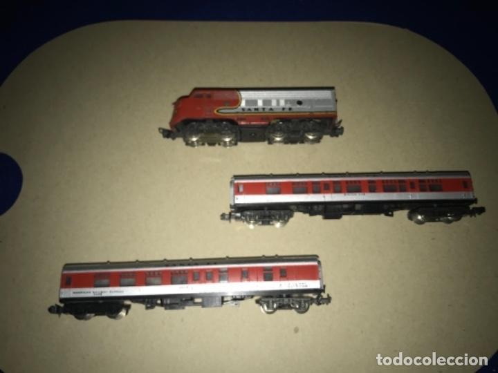 Trenes Escala: LOCOMOTORA MEHANO, SANTA FE, ESCALA N Y 2 VAGONES - Foto 2 - 204804158