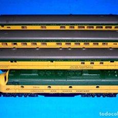 Trenes Escala: LOCOMOTORA DIESEL + 3 COCHES Cª CHICAGO & NW, CON LUZ, ATLAS RIVAROSSI ESC. N, ITALY, ORIGINAL 1970. Lote 117329243