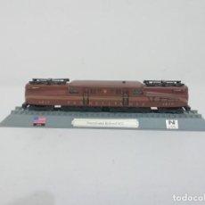 Trenes Escala: LOCOMOTORA PENNSYLVANIA RAILROAD GG1 ESCALA N USA COLECCIÓN DEL PRADO NUEVA. Lote 192045613