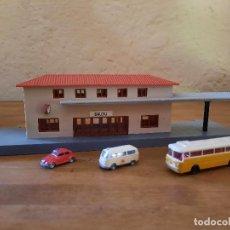 Trenes Escala: ESTACIÓN IBERTREN SALOU Y LOTE VEHICULOS WIKING/ ARNOLD. Lote 269112898