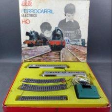 Trenes Escala: TREN ELÉCTRICO PAYA H0 AUTORAIL CON CAJA AÑOS 60. MAL ESTADO DE LAS DOS PARTES DEL TREN. Lote 153211773