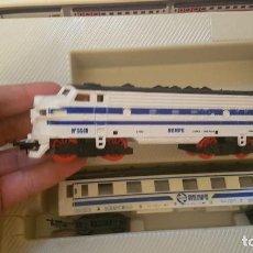 Trenes Escala: TREN RENFE PAYA HO A PILAS CAJA REF 2405 AÑOS 80 LOCOMOTORA Nº 5518 FUNCIONANDO VIAS VAGON. Lote 147772386