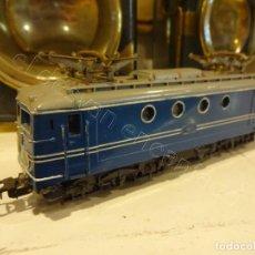 Trenes Escala: LOCOMOTORA PAYA H0 1823. MIDE 18 CTMS. FALTA UN TOPE. Lote 220089980