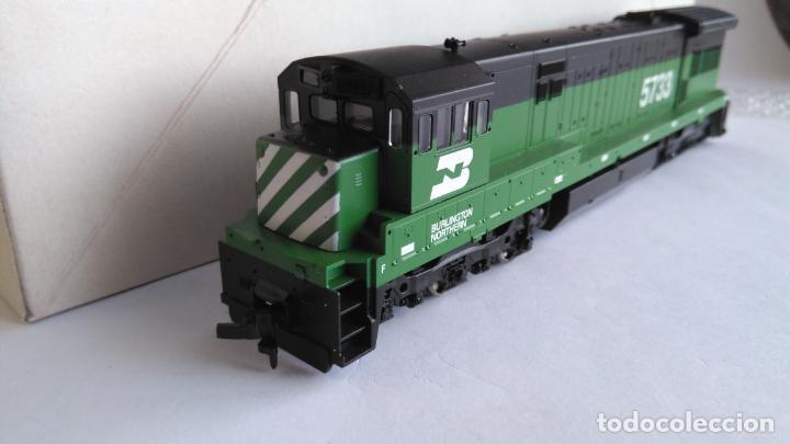 Trenes Escala: ATLAS RIVAROSSI LOCOMOTORA H0 DIESEL AMERICANA BURLINGTON NORTHERN ROAD #5733, REF U33C 8504 - Foto 2 - 145403014
