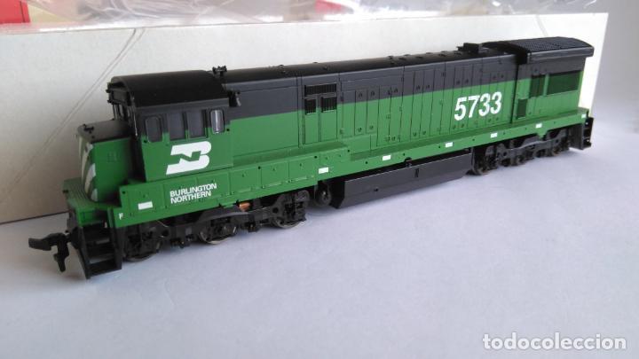 Trenes Escala: ATLAS RIVAROSSI LOCOMOTORA H0 DIESEL AMERICANA BURLINGTON NORTHERN ROAD #5733, REF U33C 8504 - Foto 3 - 145403014
