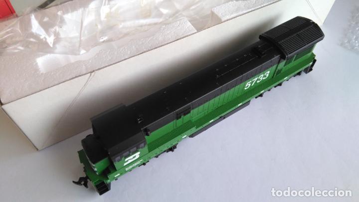 Trenes Escala: ATLAS RIVAROSSI LOCOMOTORA H0 DIESEL AMERICANA BURLINGTON NORTHERN ROAD #5733, REF U33C 8504 - Foto 5 - 145403014