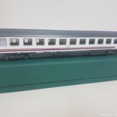 Trenes Escala: RENFE ESCALA H0 ROCO BLANCO Y MORADO DE 27 KG. Lote 133912425