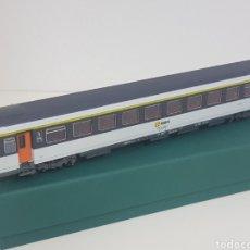 Trenes Escala: RENFE ESCALA H0 ROCO VAGON BLANCO GRIS CON FRANJA AMARILLA PUERTAS NARANJAS MADRID BARCELONA. Lote 133912666