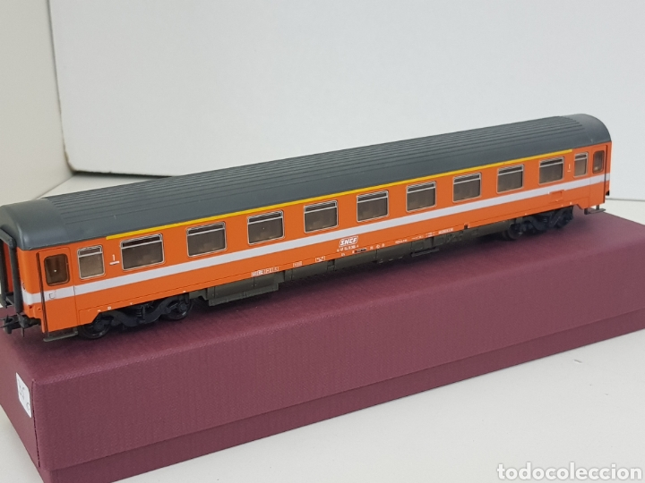 Roco vagón naranja de la SNCF francesa con franja blanca escala H0 corriente continua medida 26 cm segunda mano