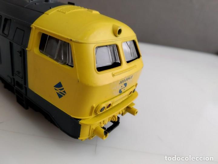 Trenes Escala: ANTIGUA LOCOMOTORA DE RENFE ROCO ESCALA H0 320 - 004-5 - Foto 7 - 155682146