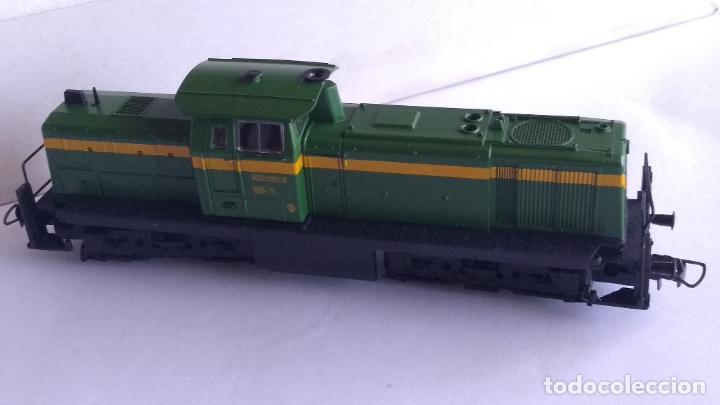 Trenes Escala: ROCO H0 LOCOMOTORA TRACTOR DE MANIOBRAS RENFE 305-040, EN CAJA. CON LUZ. FUNCIONA.CONTINUA - Foto 2 - 226135956