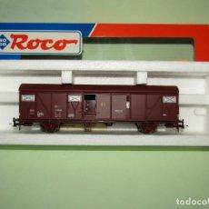 Trenes Escala: ANTIGUO VAGÓN CERRADO DE RENFE CON PUERTAS CORREDERAS EN ESCALA *H0* DE ROCO. Lote 251326195