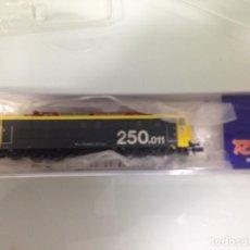 Trenes Escala: TREN, ROCO 23485, LOCOMOTORA ELECTRICA, RENFE 250-011-4 TAXI. Lote 141818782