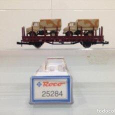 Trenes Escala: TREN, ROCO 25284, VAGON PLATAFORMA 2 EJES,DB KE-GP 0180 RIV-DB 333 8 500-8 KBS-442+2 UNIMOG DESIERTO. Lote 143565962