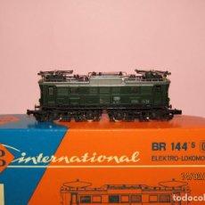 Trenes Escala: ANTIGUA LOCOMOTORA ELÉCTRICA BR 144 DE LA DB EN ESCALA *N* DE ROCO. Lote 151442354