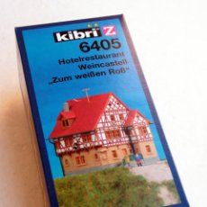 Trenes Escala: KIBRI Z6405 • HOTEL RÚSTICO 'ZUM WEISSEN ROSS' • ESCALA Z (MOD. FERROVIARIO 7 X 8 CM). Lote 96623199