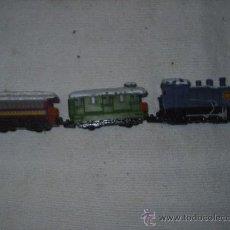 Trenes Escala: MAQUINA Y 2 VAGONES PLASTICO Y METALICOS - LA MAQUINA CREO VA A PILAS TIENE UN INTERUPTOR - 1997. Lote 30371545