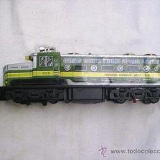 Trenes Escala: MAQUINA DE TREN EGE DE HOJALATA Y PLASTICO CON MECANISMO - FUNCIONA - VA A PILAS - MIDE 41 CM LARGA . Lote 32335041
