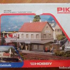 Trenes Escala: PIKO ESTACION CASTLE ROCKS HOBBY. Lote 68542385