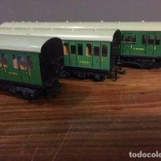 Trenes Escala: LOCOMOTORA Y DOS VAGONES HORNBY DUBLO, AÑOS 60. Lote 69267525