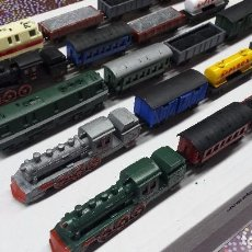 Trenes Escala: EXPOSITOR COMPLETO (5 LOCOMOTORAS + 15 VAGONES) EXTRA THINGS. Lote 78067705