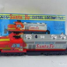 Trenes Escala: LOCOMOTORA SANTA FE, DIESEL LOCOMOTIVE, TRADE MARK MODERN TOYS, JAPAN, REALIZADA EN CHAPA Y PLASTICO. Lote 135894418
