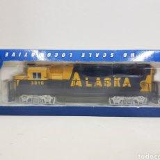 Trenes Escala: LOCOMOTORA BACHMANN 63510 ALASKA DIÉSEL ESCALA H0 CORRIENTE CONTINUA AZUL Y AMARILLA 20CMS. Lote 137521141