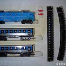 Trenes Escala: JYESA: TREN ELÉCTRICO A PILAS, CON LOCOMOTORA Y DOS VAGONES. Lote 143923322