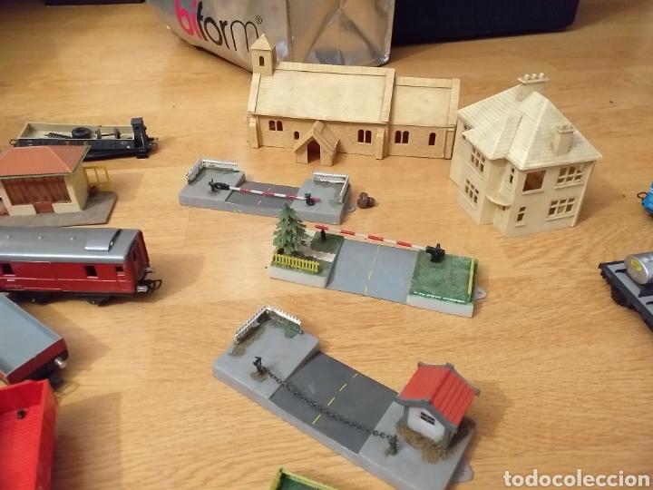 Trenes Escala: Lote de varios trenes, locomotoras, vagones, vías, transformadores casas y figuras. - Foto 28 - 150267466