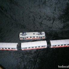 Trenes Escala: TRES VAGONES CON MAQUINA A PILAS . Lote 155250538