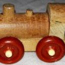 Trenes Escala: ANTIGUA LOCOMOTORA DE TREN EN MINIATURA, DE MADERA - IDEAL PARA DIORAMAS - 3,5CM. Lote 160353766
