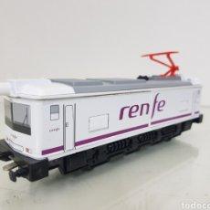 Trenes Escala: PEQUETREN RENFE LOCOMOTORA BLANCA Y MORADA DE 19 CM A PILAS. Lote 160827412