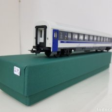 Trenes Escala: PIKO ESCALA H0 CORRIENTE CONTINUA WAGON TRAVELERS INTERCONNECT BLANCO Y AZUL 27 CM. Lote 162591506