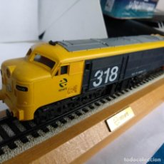 Trenes Escala: MAQUETA LOCOMOTORA DE RENFE MODELO 318.009.B EN PEANA. Lote 186223783