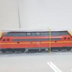 Trenes Escala: PIKO AÑOS 60 ESCALA H0 CONTINUA LOCOMOTORA DE DOBLE TRACCIÓN NARANJA Y AMARILLA PRESENTA UNA GRIETA. Lote 186414353