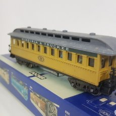 Trenes Escala: POCHER VAGÓN DE PASAJEROS NÚMERO 38 VIRGINIA & TRUCKEE AMARILLO DE 18 CM CON PERSONAJES Y LUZ. Lote 194067235